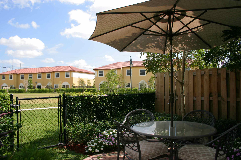 bellagio-townvillas-carzano-backyard